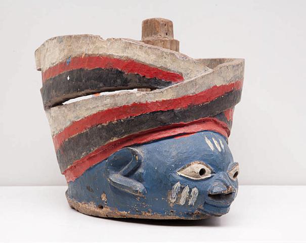 "Afrika, Nigeria - Yoruba. - ""Een beschilderd houten Dansmasker. Verentooi ontbreekt."""