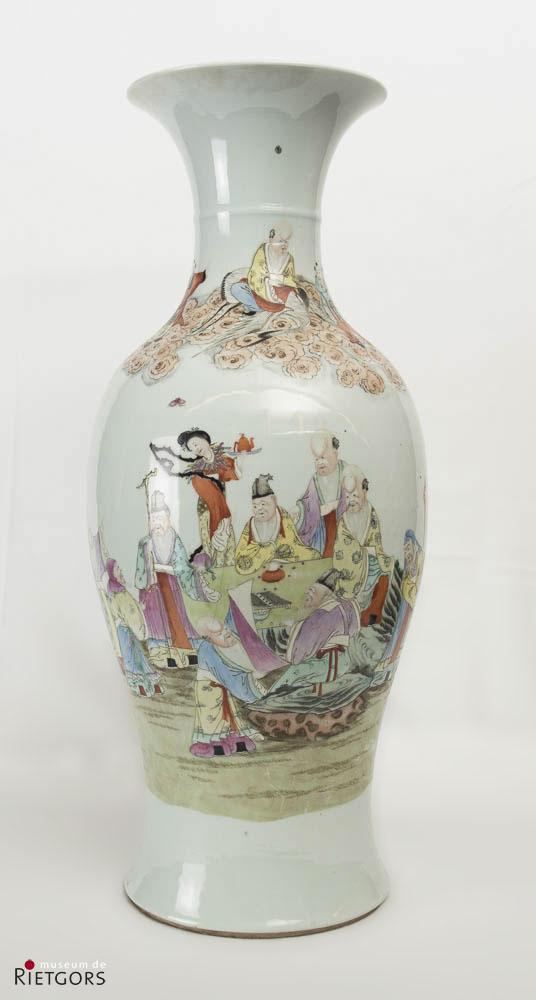 """China - """"Een Chinees porseleinen Balustervaas met bordspelende onsterfelijken. Dao Guang."""""""
