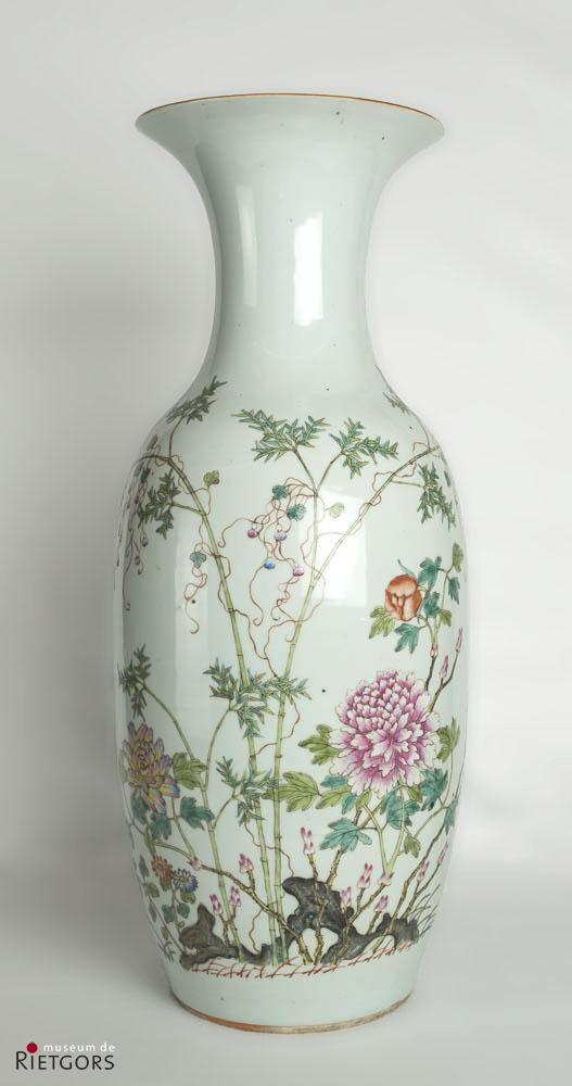 """China - """"Een Chinees porseleinen Vaas met bloeiend heester- en bamboedecor. Dao Guang."""""""
