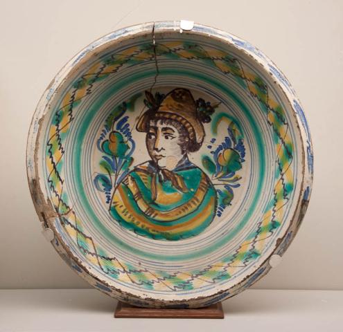"""Spanje - """"Een gekleurd aardewerk Slachtschotel. Spanje, 19e eeuw."""""""