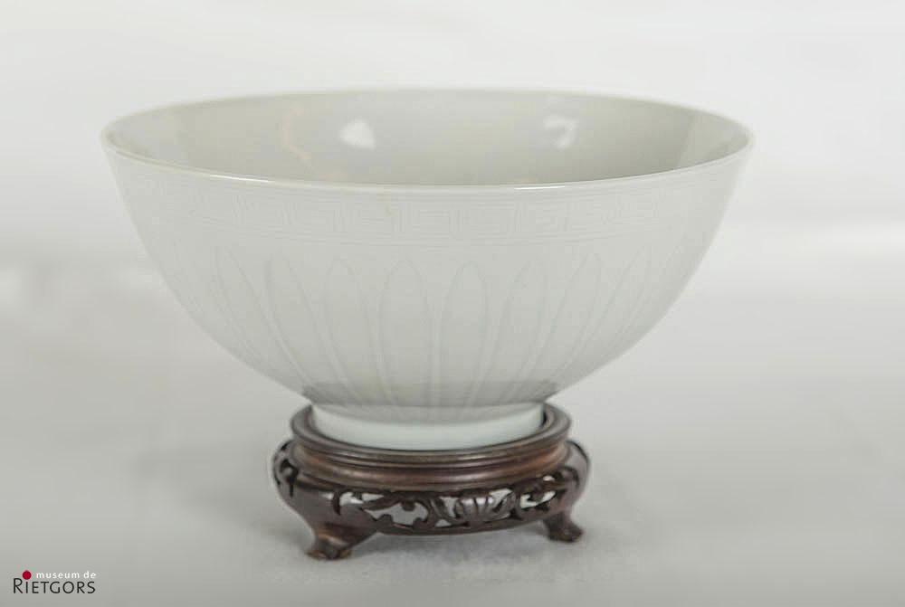 """China - """"Een blanc de Chine Kom met onder glazuur reliëfdecor.18e eeuw."""""""