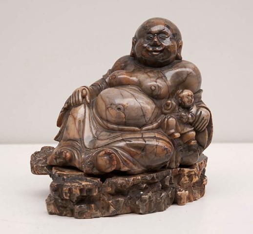 """China - """"Een spekstenen Beeld: Hotei met zotje. Op los voetstuk. 18e eeuw."""""""
