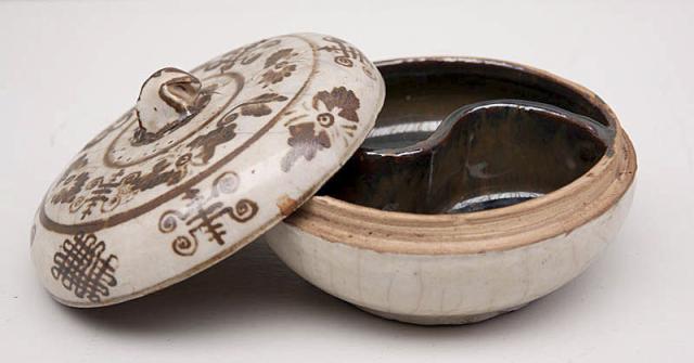 """China, Sawan Kalok-stijl - """"Een Dekseldoos; de binnenzijde met Yin/Yan vakverdeling. 19e eeuw, naar 15e eeuws voorbeeld."""""""