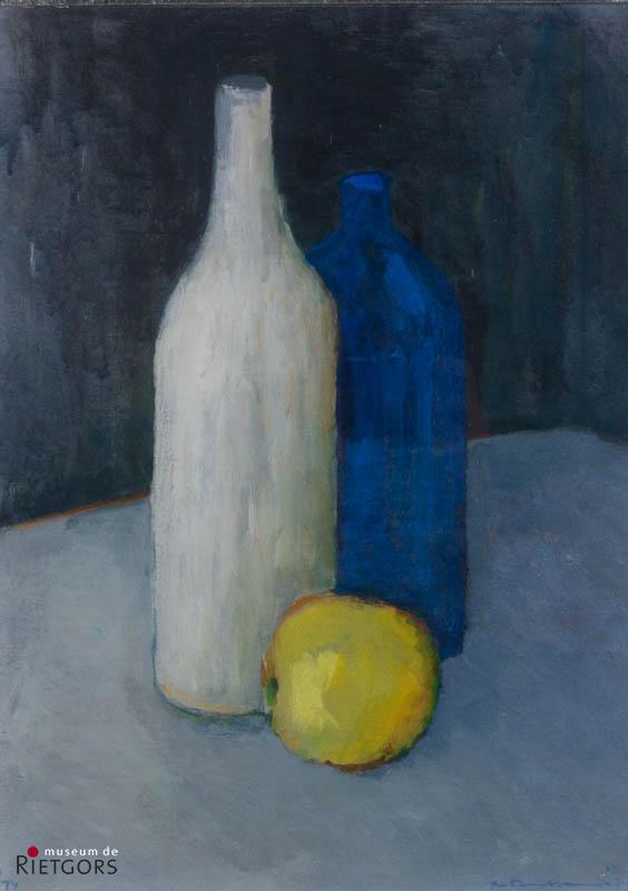 "A. Mouthaan (1940) - ""Stilleven van flessen en appel. Ges. R.O. en 1974."""
