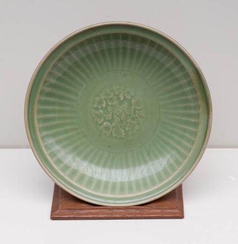 China, Celadon - Een Rijstschotel met ingekrast patroon