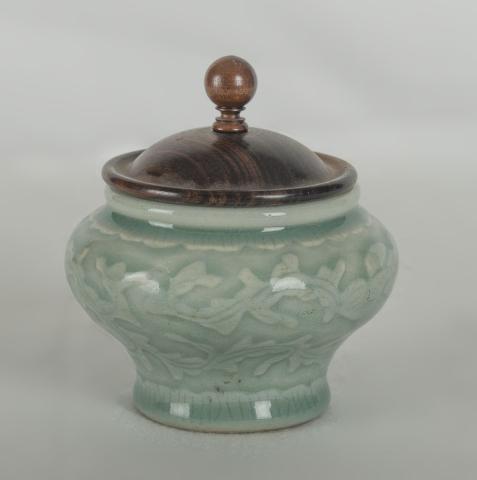 """China, Celadon - """"Een Vaasje met reliëf bloempatroon. 18e eeuw."""""""