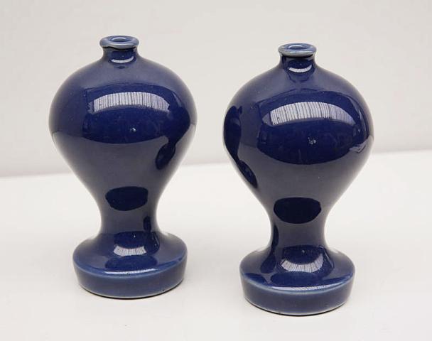 """China - """"Een paar monochrome koningsblauwe Sprenkelflacons. 18e eeuw."""""""